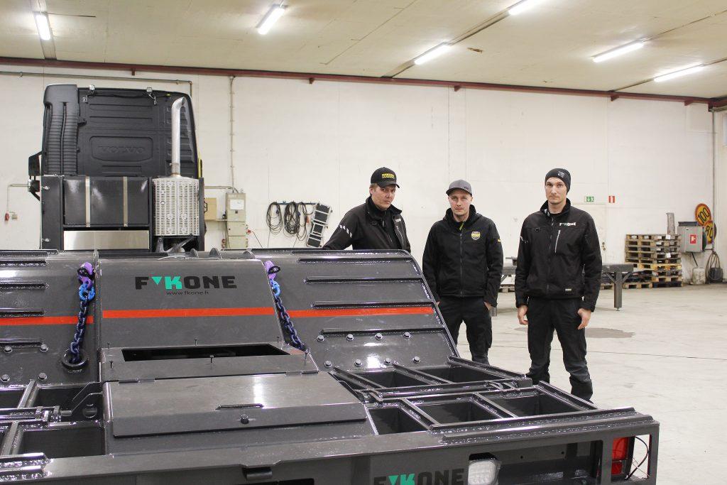 Timo, Kari ja Jukka Fiskaali ovat kehittäneet isänsä perustamaa metsäkoneyritystä, tällä hetkellä päätuotteenaan metsäkoneenkuljetusautojen päällirakenteet.