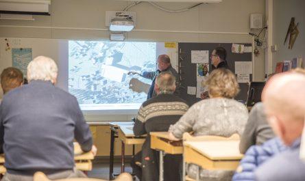 Juha Jokinen näyttää kartalta, miten mahdolliseen jatkolaajennukseen on varauduttu. Uusien varastotornien sijoittelu herätti kysymyksiä.