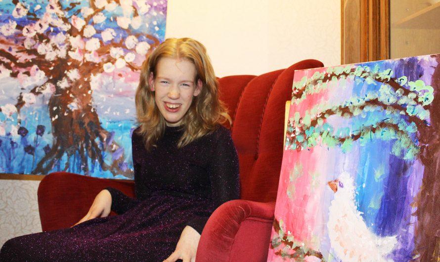 Heini Peltomäki maalaa isoäitinsä innoittamana